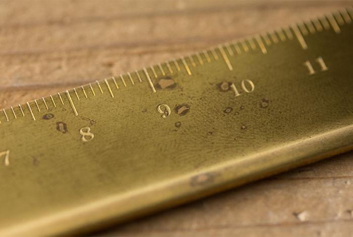 Midori Brass regla detalle paso del tiempo